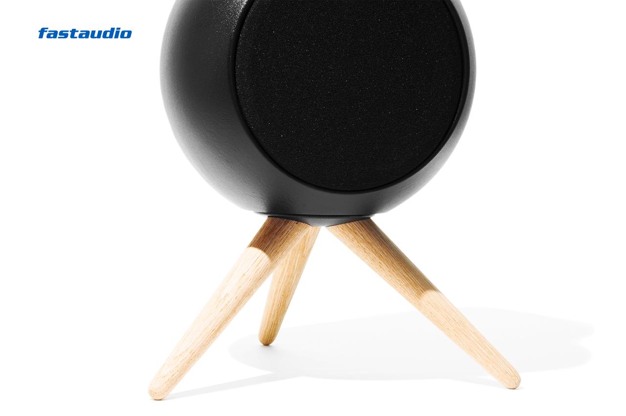Jern 12 WS Lautsprecher Nordic Black mit Tripod, nahe Ansicht